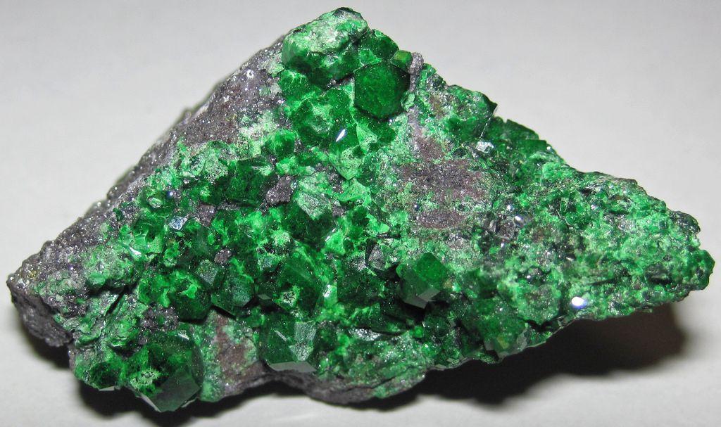 Камень уваровит: особенности, магические свойства
