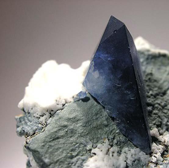 Камень в кольце меняет цвет